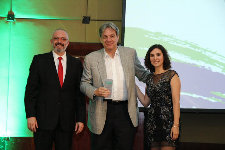 Joao Nogueira Batista, CEO Corporate Solutions Brazil, collecting the award at The Brazilian Insurance Awards 2016
